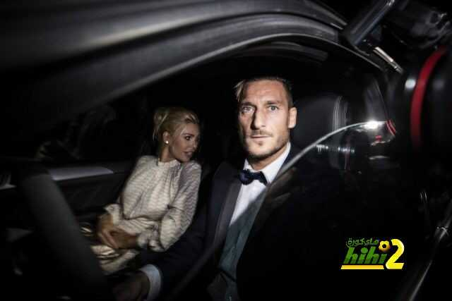 epa05558884 AS Roma captain Francesco Totti with his wife Ilary Blasi, arrive to the party on the ocassion of his 40th birthday at Tor Crescenza in Rome, Italy, 27 September 2016. EPA/ANGELO CARCONI